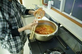 お鍋にキムチを入れるところ。