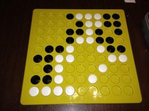 9×9で石を埋め込むタイプの盤で、いわゆる、9路盤といわれます。普通は溝はありませんが、視覚障害者でも楽しめるよう、石をはめ込む溝がついています。