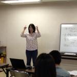 手話と指文字で自己紹介を練習する金子さん