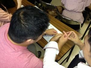 触りながら手話を勉強中