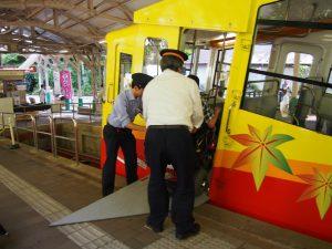 駅員さんにも手伝っていただき、ケーブルカーへ乗車していきます